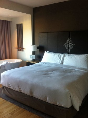 Andaz Napa: A bed and a tub