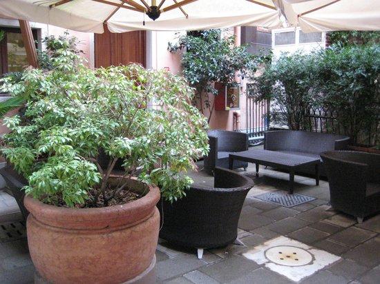 Liassidi Palace Hotel : Cosy Courtyard