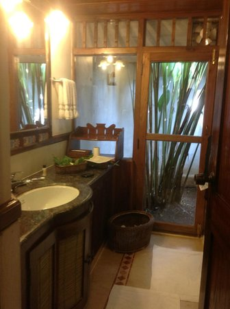 Evolve Back, Coorg: bathroom