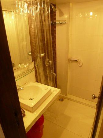 Citizen Hotel: clean bathroom