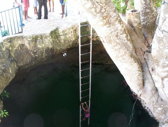 Blue Hole Mineral Spring: looking in the hole