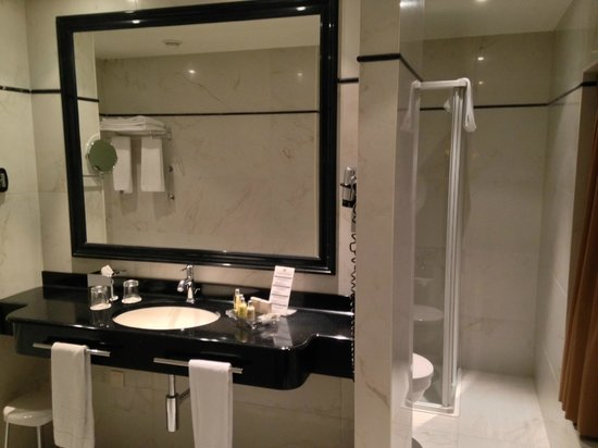 Grand Hotel Casselbergh Bruges: Our spacious bathroom with seperate shower and bath
