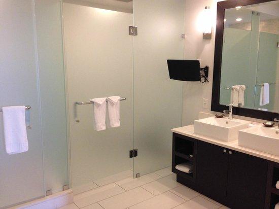 Provident Doral at The Blue Miami : Banheiro de uma das suítes