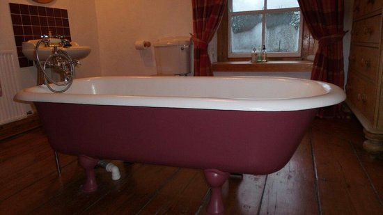 Temple Farmhouse Bed and Breakfast : Freestanding roll top bath in the massive private bathroom.
