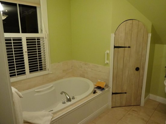 Packard House: Garden Court - bathroom (the wooden door is the toilet)