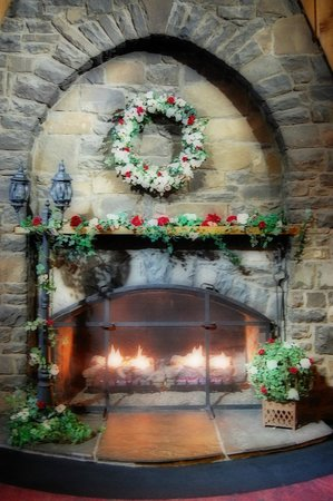 Pocono Palace Resort: Fireplace in the lobby