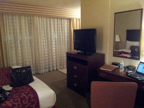 Regency Suites : Desk/TV