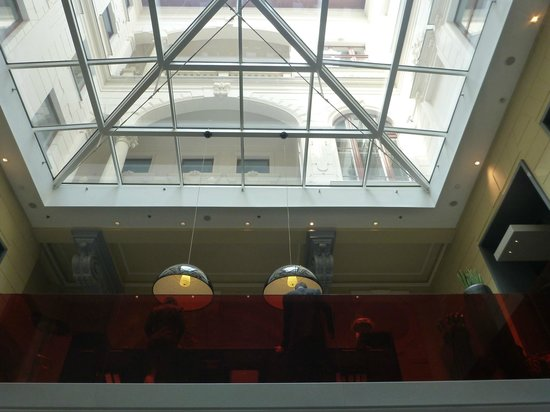 Hotel Palazzo Zichy: Looking up to lobby from breakfast area.