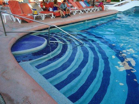 Sunscape Dorado Pacifico Ixtapa : Steps into the pool