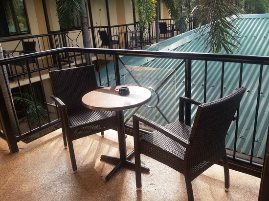 Palms City Resort: Standard motel room's outdoor seating