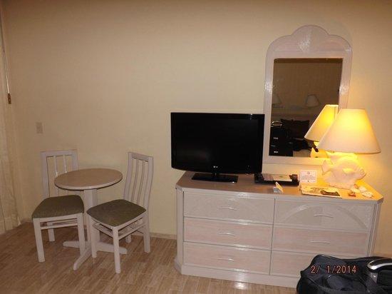 The Royal Islander All Suites Resort : tv