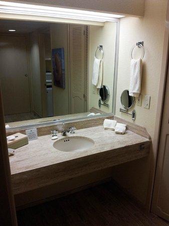 The Royal Islander All Suites Resort : bathroom area
