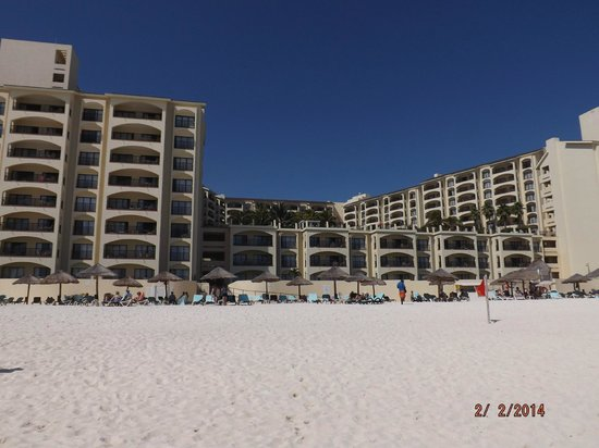 The Royal Islander All Suites Resort: Hotel view from beach