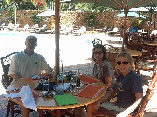 Nairobi Serena Hotel : Lunch around the pool at the Nairobi Serena