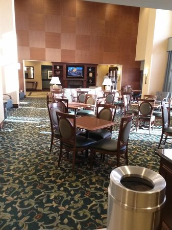 Hampton Inn & Suites Hartford-Manchester: Lobby area where complimentary breakfast is served