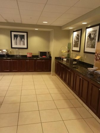 Hampton Inn & Suites Hartford-Manchester: Breakfast area