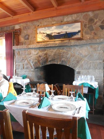 Crater Lake Lodge Dining Room: neat fireplace