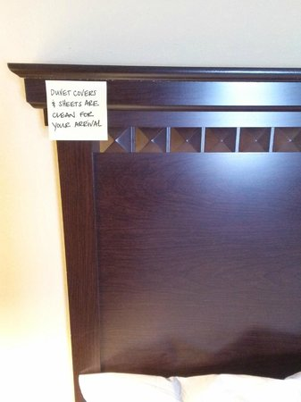 Hampton Inn & Suites Hartford-Manchester: tag on head board