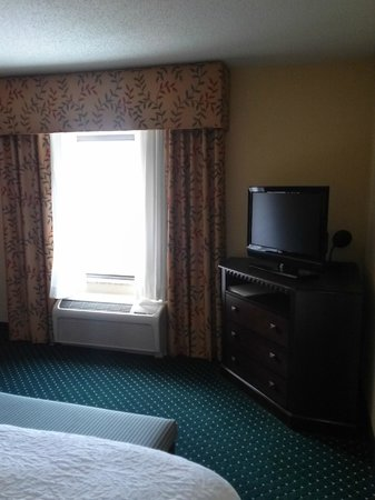 Hampton Inn & Suites Hartford-Manchester: At right side of bed taking pic of right side of room