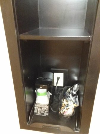 Hampton Inn & Suites Hartford-Manchester : Coffee maker and items (behind bathroom door)