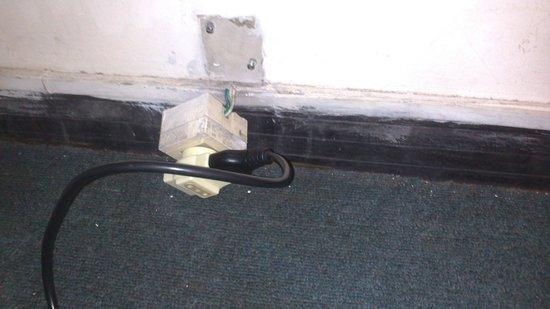 Austral Hotel Montevideo: Cableado en la habitación