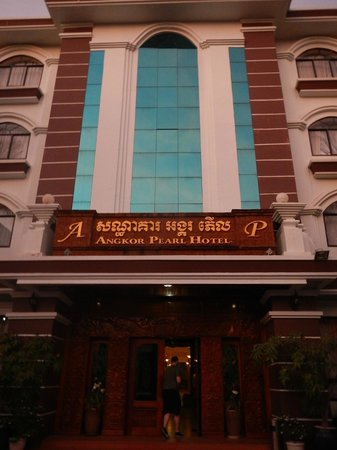 Angkor Pearl Hotel : Outside of the hotel