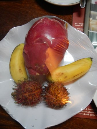 Angkor Pearl Hotel: Fresh fruit in our room!
