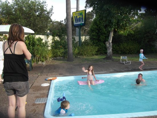 Corlette Palms Motor Inn: Cool off in the pool