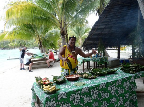 Maohi Nui : the lovely Moana and our lunch spread