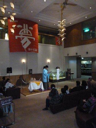 Gensen Yunoyado Sennotani: 紙切り師の公演