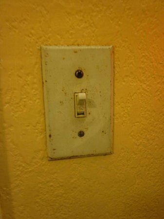 Travelodge Fort Lauderdale: Light switch in restroom - filthy!