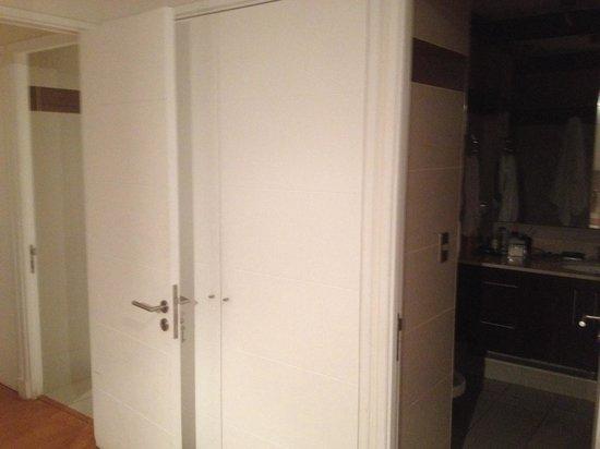 puertas de los dos ba os en apartamento de dos dormitorios