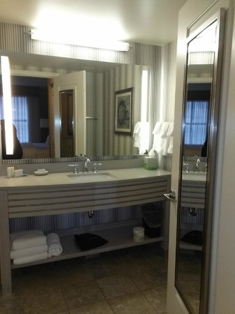 Residence Inn Portsmouth Downtown/Waterfront: Vanity area, toilet behind door shower to left-neat under vanity night lite