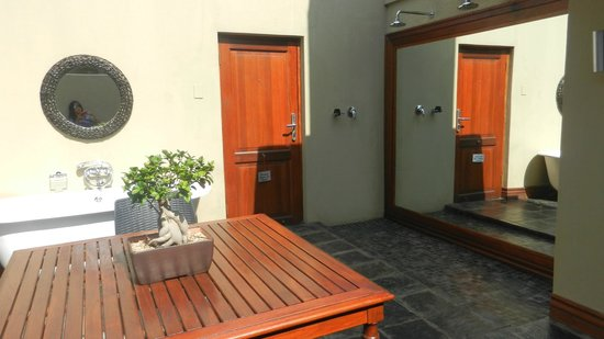 The Residence Boutique Hotel: entry with tub and rainskowers outside