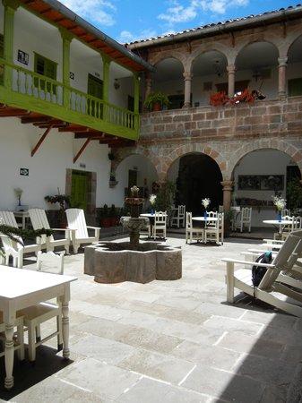 Niños Hotel: courtyard at Ninos Hotel