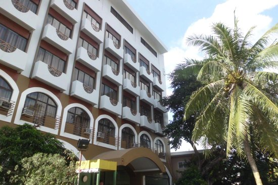 Mango Park Hotel: Newly painted fascade
