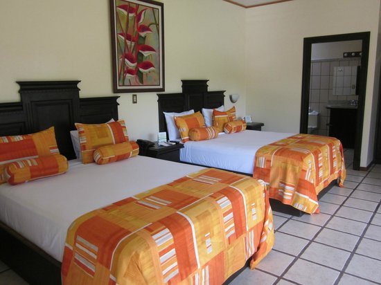 Arenal Manoa Hotel: Inside bungalow