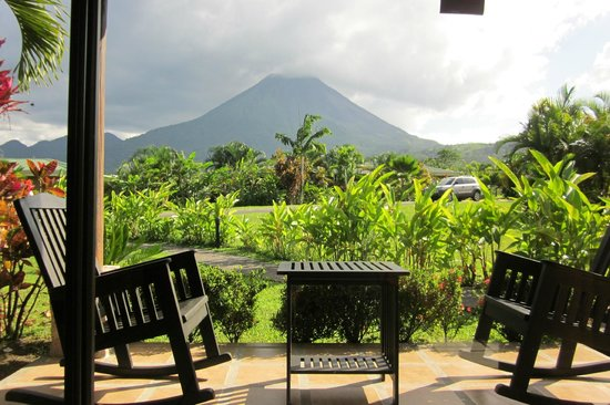 Arenal Manoa Hotel: Patio and view of volcano from bungalow