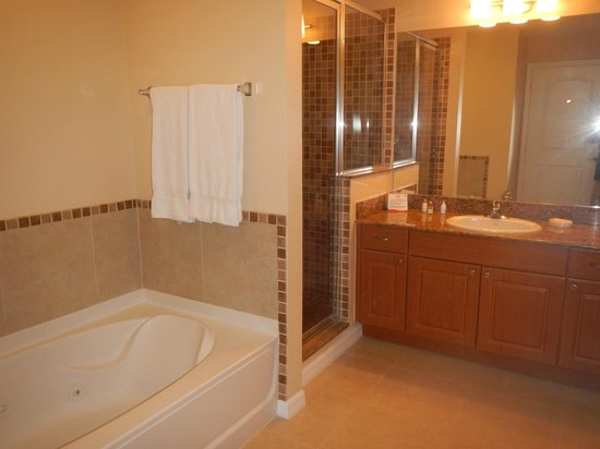 The Point Hotel & Suites: Bathroom in One-Bedroom suite