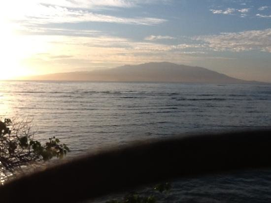Dunbar Beachfront Cottages: morning view of Maui from our cottage