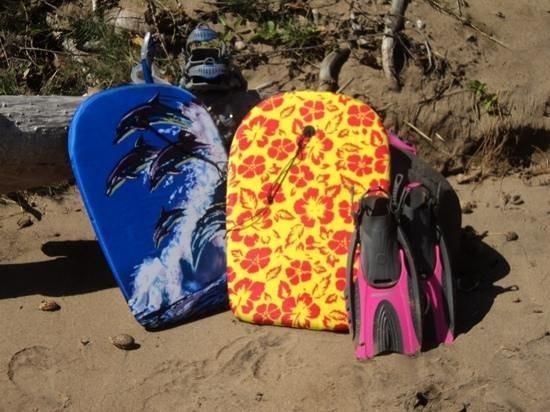 Dunbar Beachfront Cottages: bougie boards left at cottage