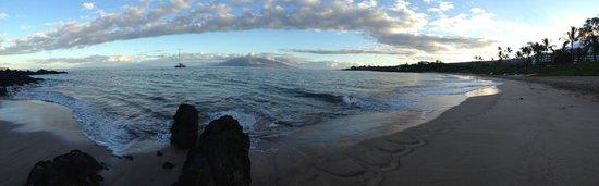Maluaka Beach: Panoramic of the beach just after sunrise