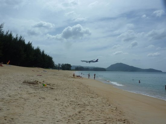Grand West Sands Resort & Villas Phuket: Yes, the planes were close!
