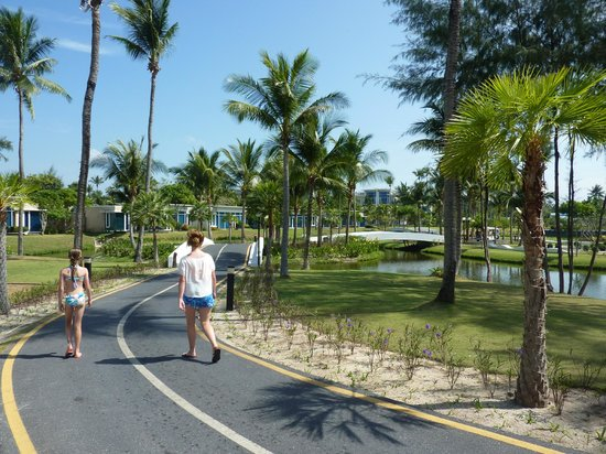 Grand West Sands Resort & Villas Phuket: Walking to the pool.