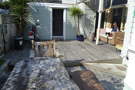 Wellington - World Wide Backpackers: Outside Area