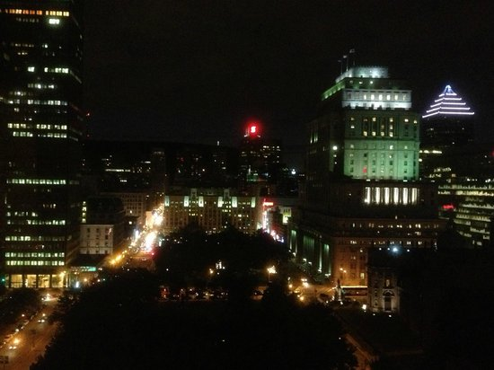 Montreal Marriott Chateau Champlain : Nighttime view, facing Mont Royal