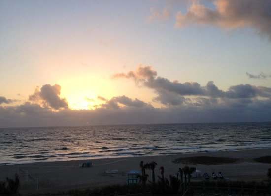 Fort Lauderdale Marriott Pompano Beach Resort & Spa : Sunrise, how lucky to wake up to find yourself at the beach!