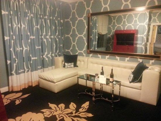 Kimpton Hotel Monaco Philadelphia: Living room, suite 501