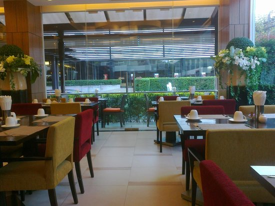 Legacy Suites Sukhumvit by Compass Hospitality: Breakfast room ( facing the entrance )