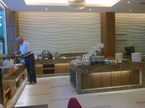 Legacy Suites Sukhumvit by Compass Hospitality: Breakfast room